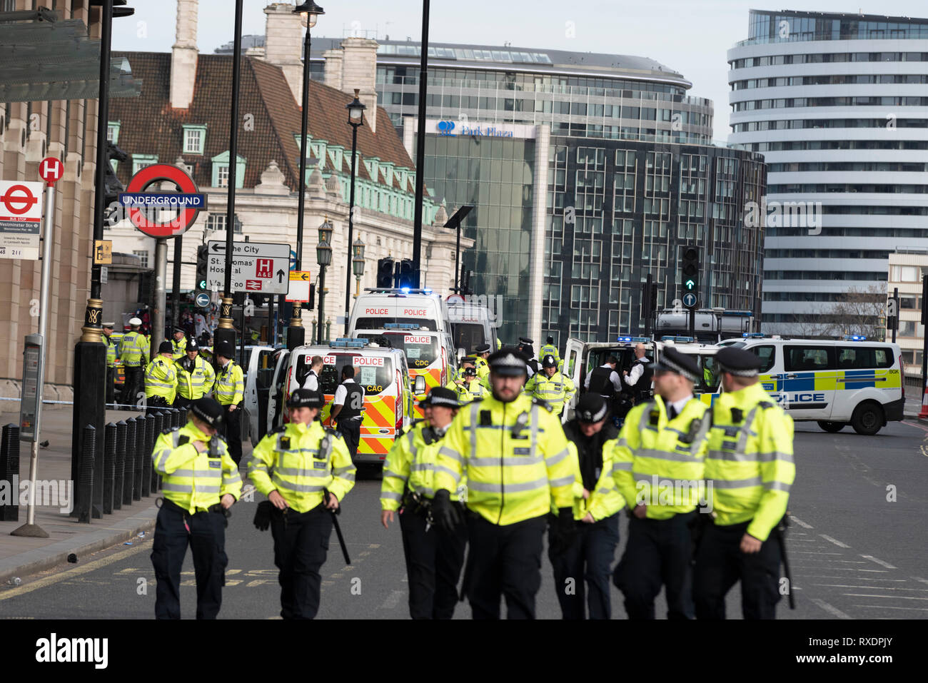 a-suspicious-car-parked-outside-new-scotland-yard-police-headquarters-on-victoria-embankment-westminster-london-uk-caused-the-police-to-lockdown-and-clear-the-the-area-around-it-and-westminster-bridge-including-stopping-river-traffic-on-the-thames-police-broke-the-rear-screen-of-the-car-to-gain-entry-police-cordoning-off-and-clearing-westminster-bridge-road-RXDPJY.jpg