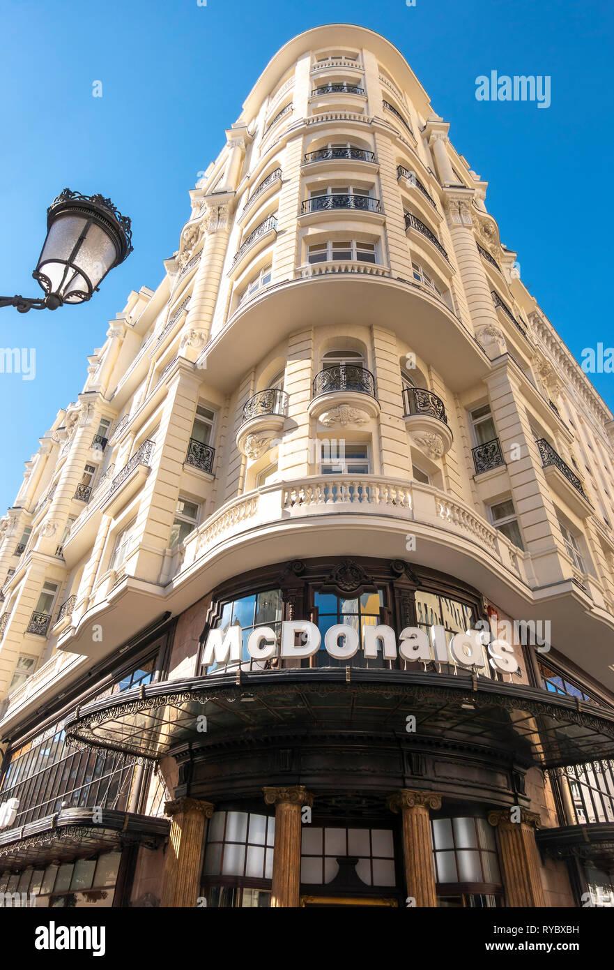 https://c7.alamy.com/comp/RYBXBH/mcdonalds-restaurant-on-the-corner-of-gran-via-and-calle-de-la-montera-in-madrid-spain-europe-RYBXBH.jpg
