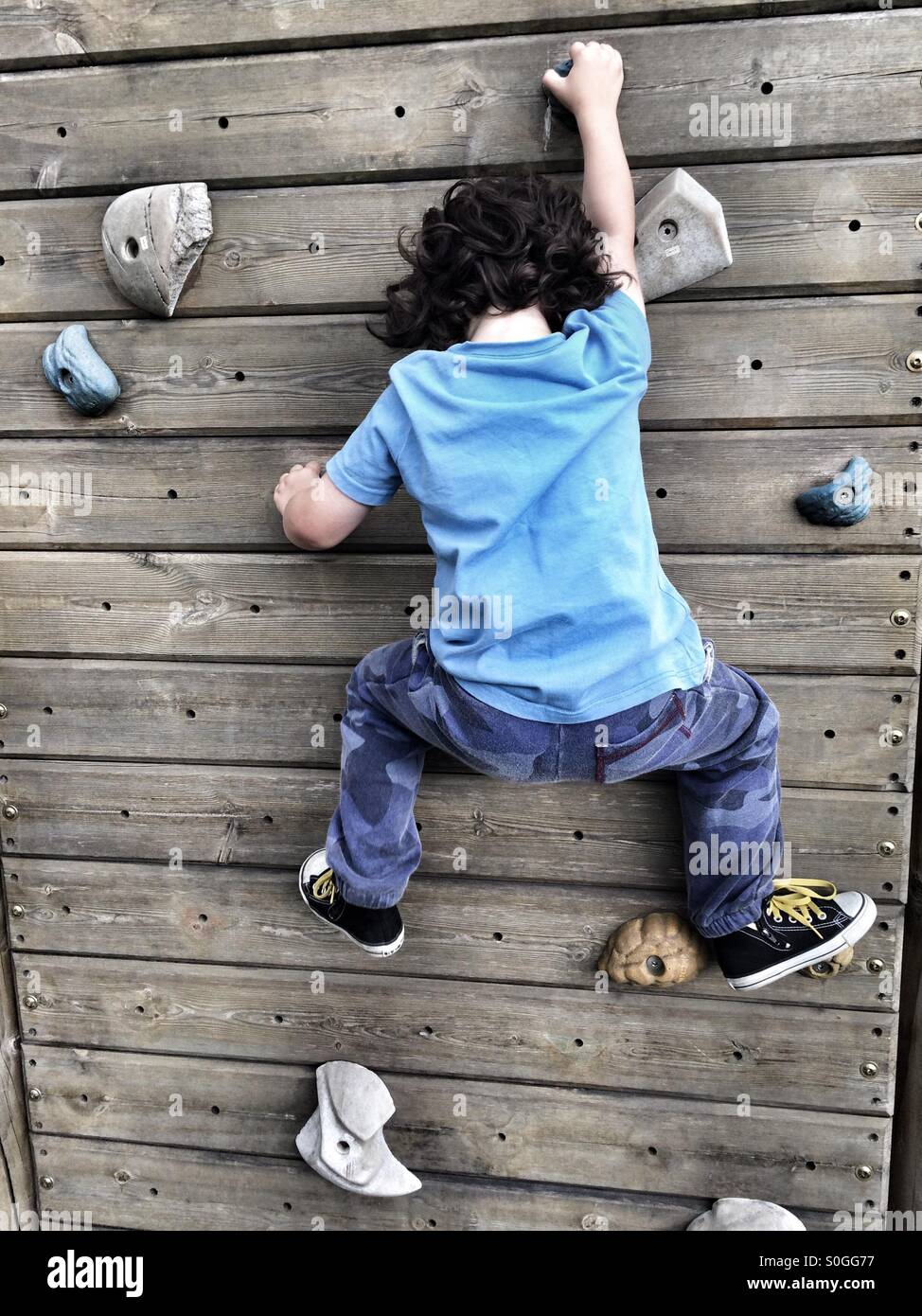 Four year old boy on climbing wall - Stock Image