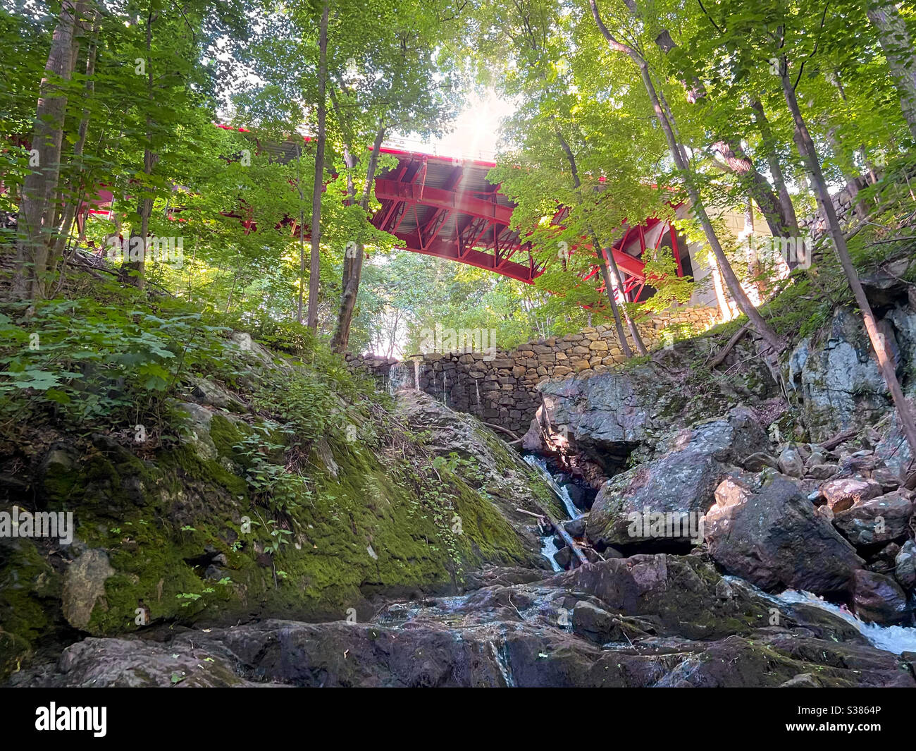 red-bridge-over-foundry-brook-and-waterfall-on-a-beautiful-sunny-summer-day-hudson-valley-cold-spring-nee-york-S3864P.jpg