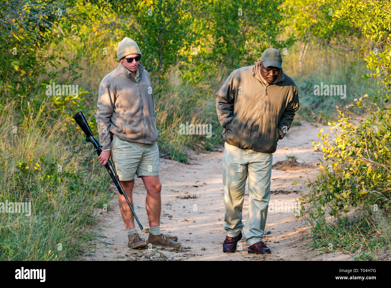 guide-with-rifle-and-black-man-tracker-l