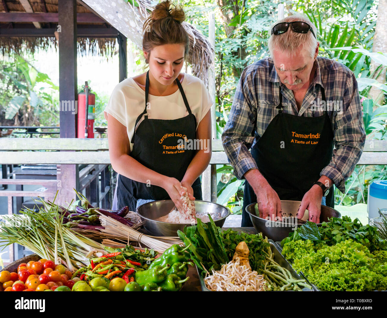 tourists-in-se-asian-lao-cooking-lesson-