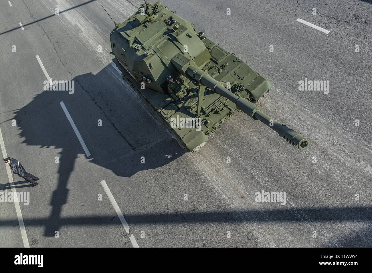 https://c7.alamy.com/comp/T1WWY4/moscow-may-9-2015-modern-self-propelled-artillery-2s35-koalitsiya-sv-returns-from-the-red-square-after-the-victory-day-parade-top-view-T1WWY4.jpg