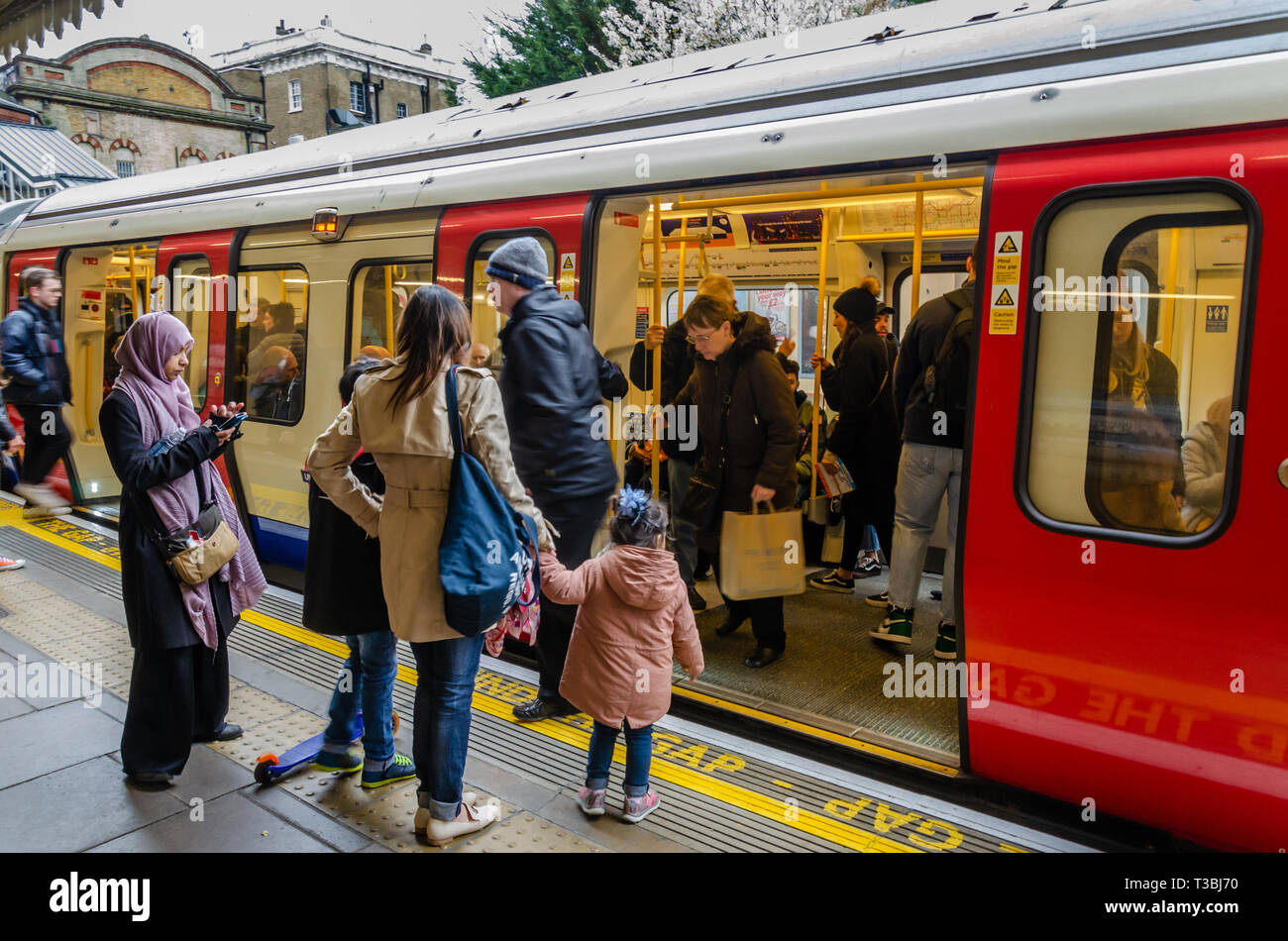 passengers-board-and-leave-a-train-at-westbourne-park-london-underground-station-T3BJ70.jpg