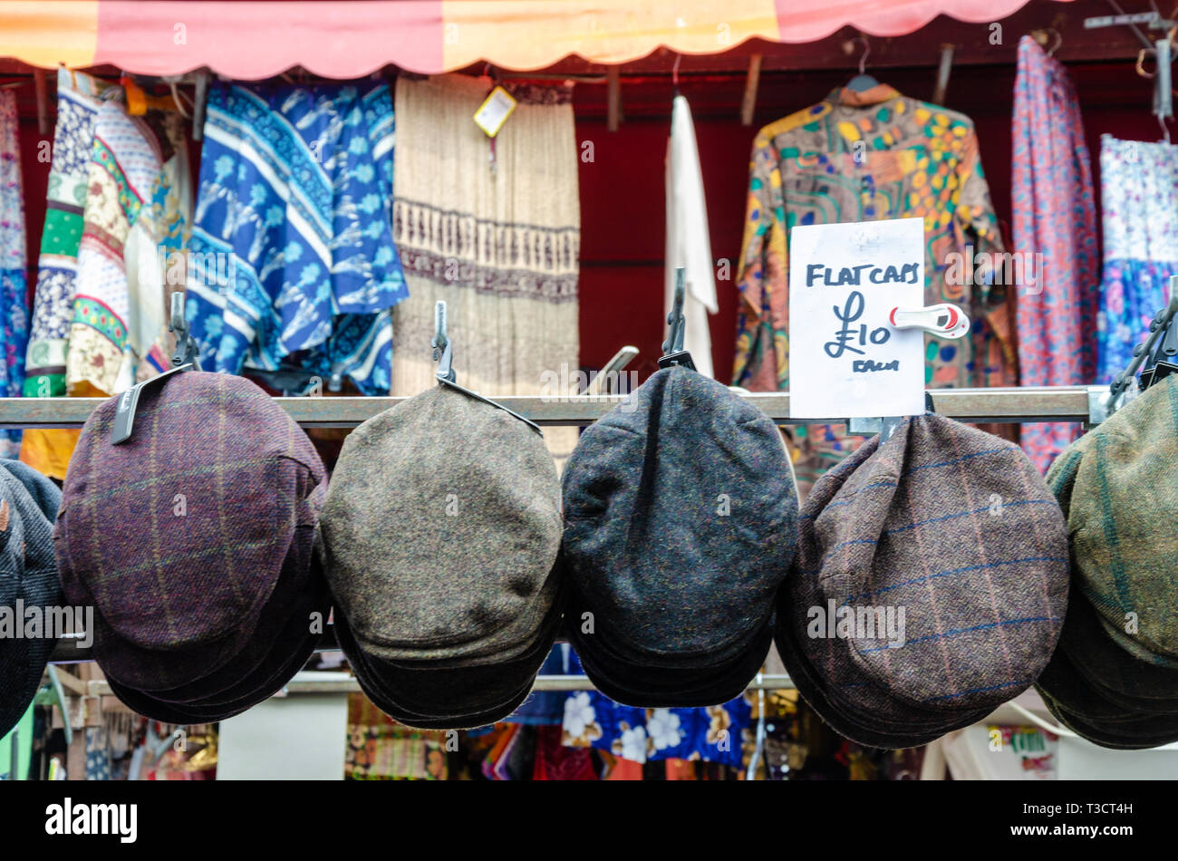 flat-caps-on-sale-at-a-market-stall-in-portobello-road-market-in-london-uk-T3CT4H.jpg