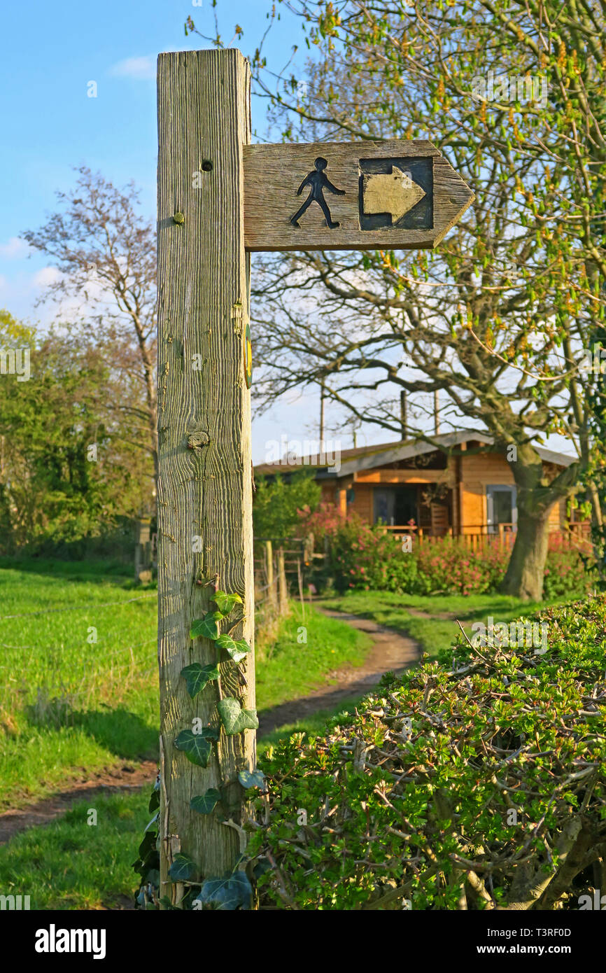 GoTonySmith,HotpixUK,@HotpixUK,Warrington,WBC,South Warrington,Cheshire,North West England,UK,Australia Lane,wood,footpath,sign,Wroute,walk,walker,icon,image