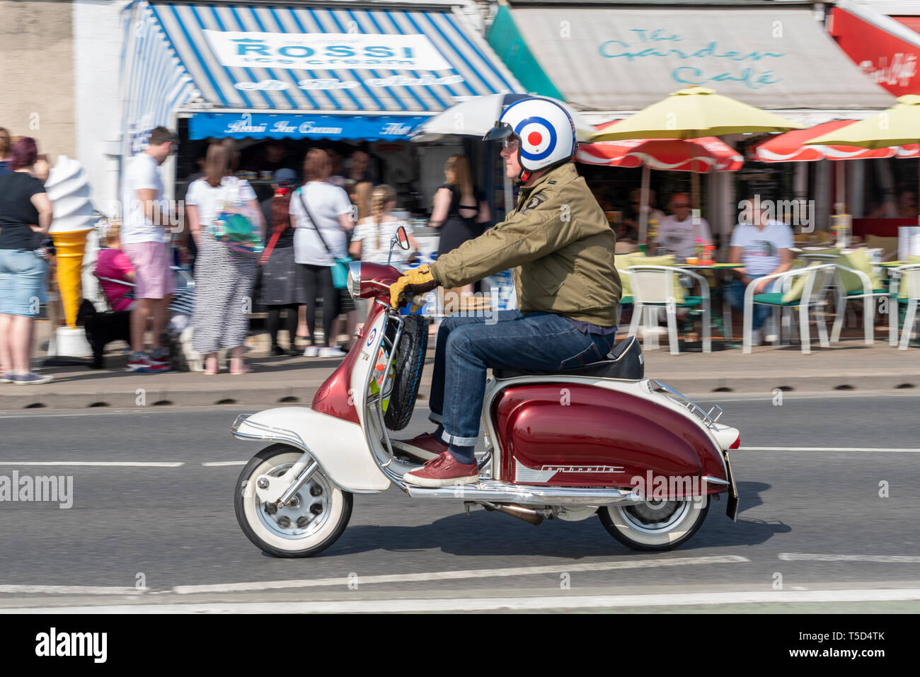 classic-lambretta-motor-scooter-riding-past-arches-cafes-at-the-southend-shakedown-resurrection-motorcycle-rally-event-southend-on-sea-essex-uk-T5D4TK.jpg