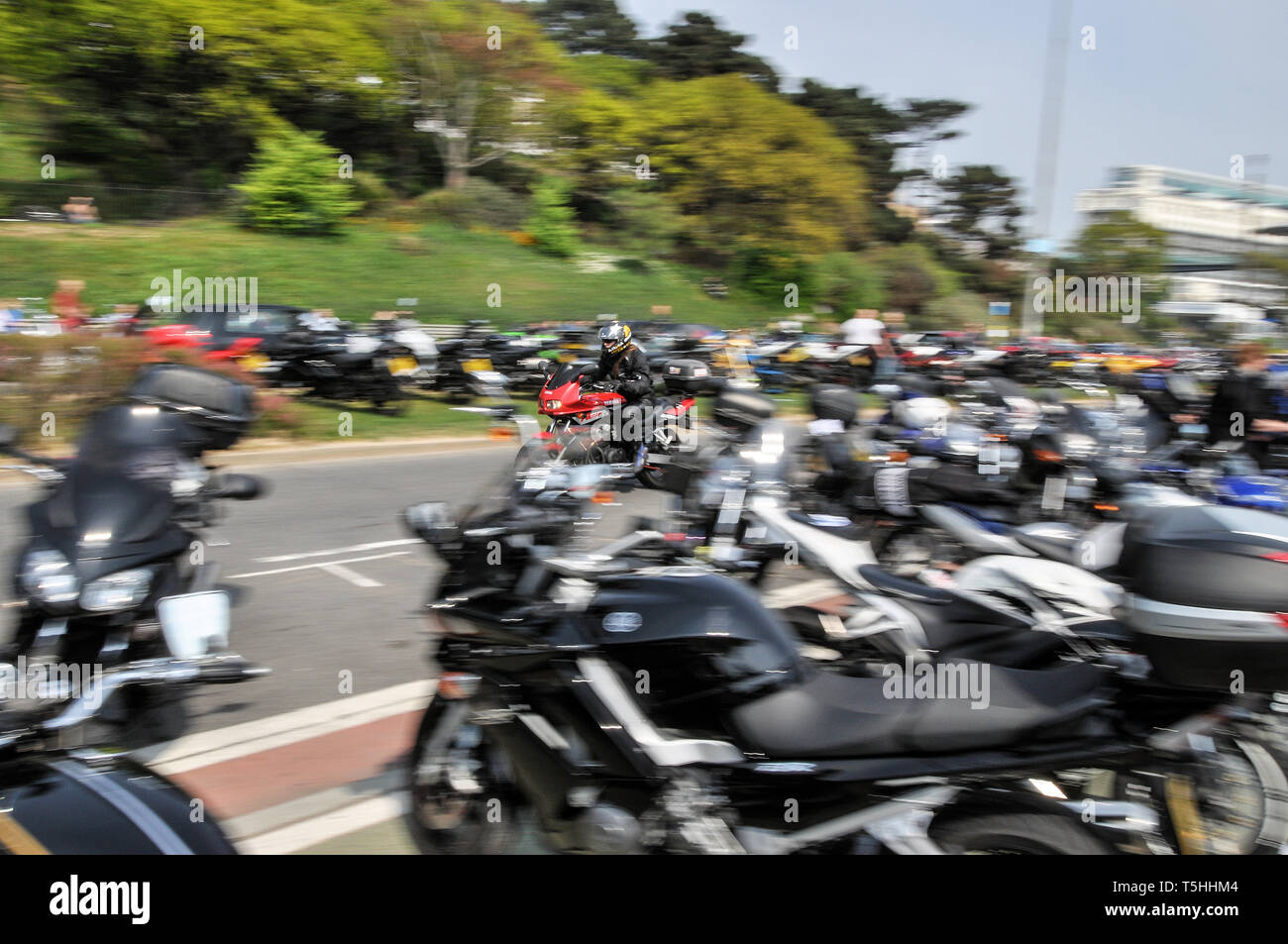 yamaha-fazer-riding-at-speed-through-rows-of-bikes-at-the-southend-shakedown-2014-motorcycle-rally-southend-on-sea-essex-uk-space-for-copy-T5HHM4.jpg