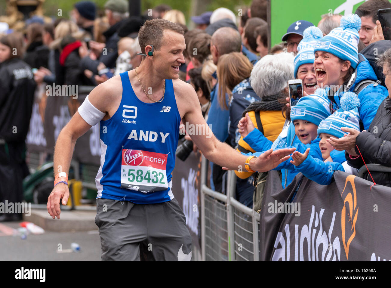 andrew-jefferies-with-supporting-family-at-london-marathon-2019-T6268A.jpg
