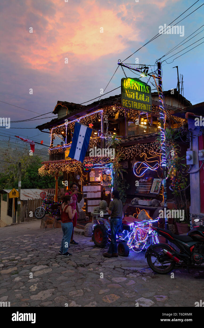 honduras-restaurant-carnitas-nia-lola-at-dusk-copan-ruinas-town-near-the-copan-archaeological-site-honduras-central-america-T6DRMR.jpg