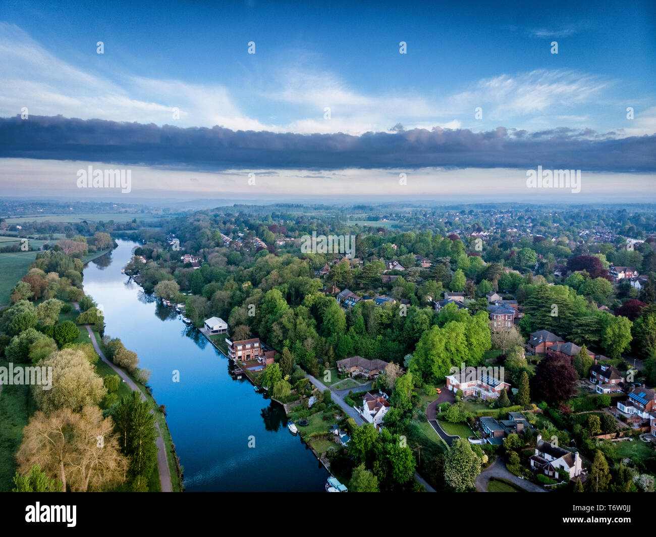 aerial-photograph-of-reading-berkshire-uk-taken-at-sunrise-including-the-river-thames-showing-caversham-and-surrounding-countryside-looking-west-T6W0JJ.jpg
