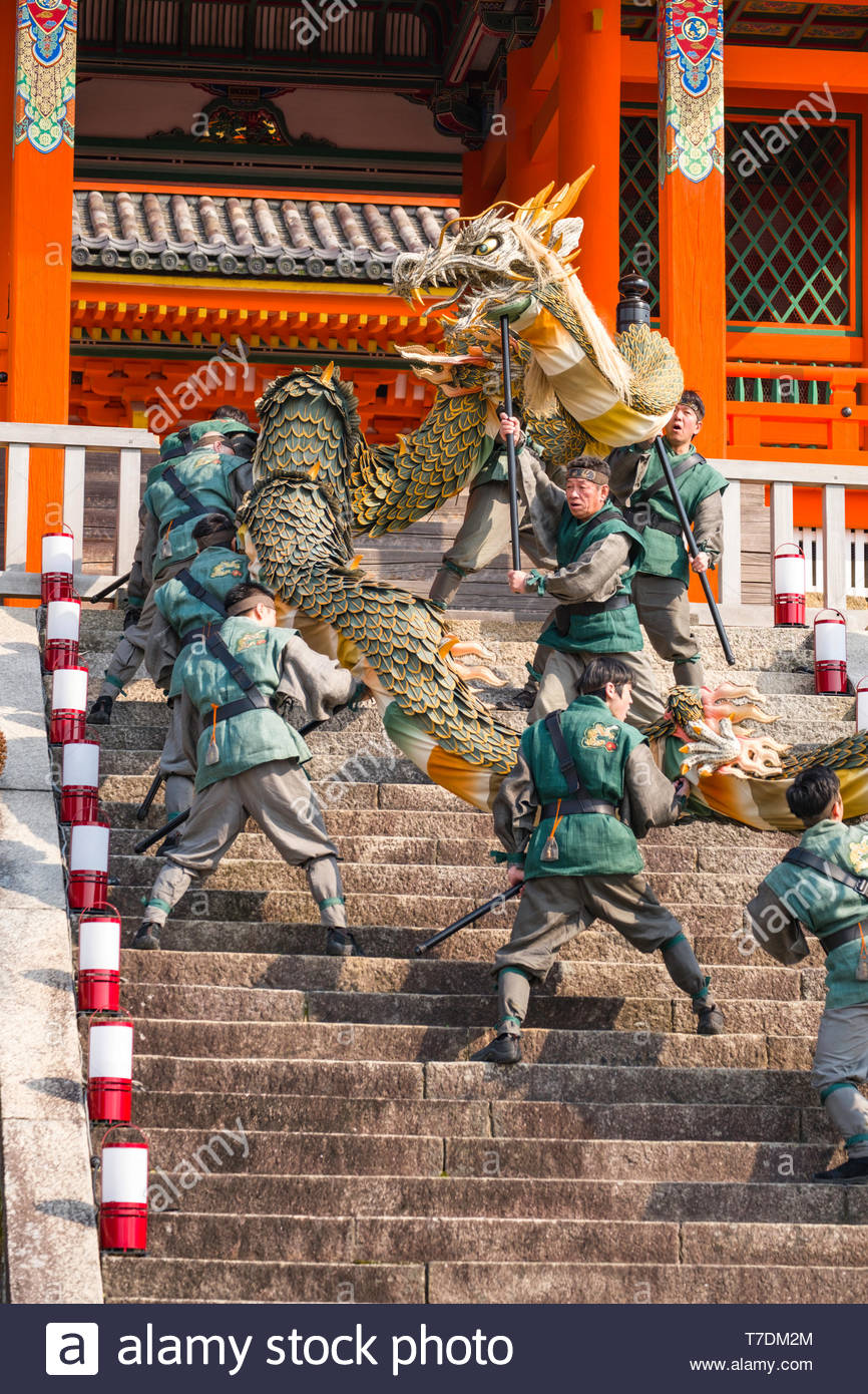 male-performers-carrying-the-seiryu-blue-dragon-on-the-stone-steps-of-the-sai-mon-west-gate-during-the-seiryu-e-festival-kiyomizu-dera-temple-kiyomi-T7DM2M.jpg