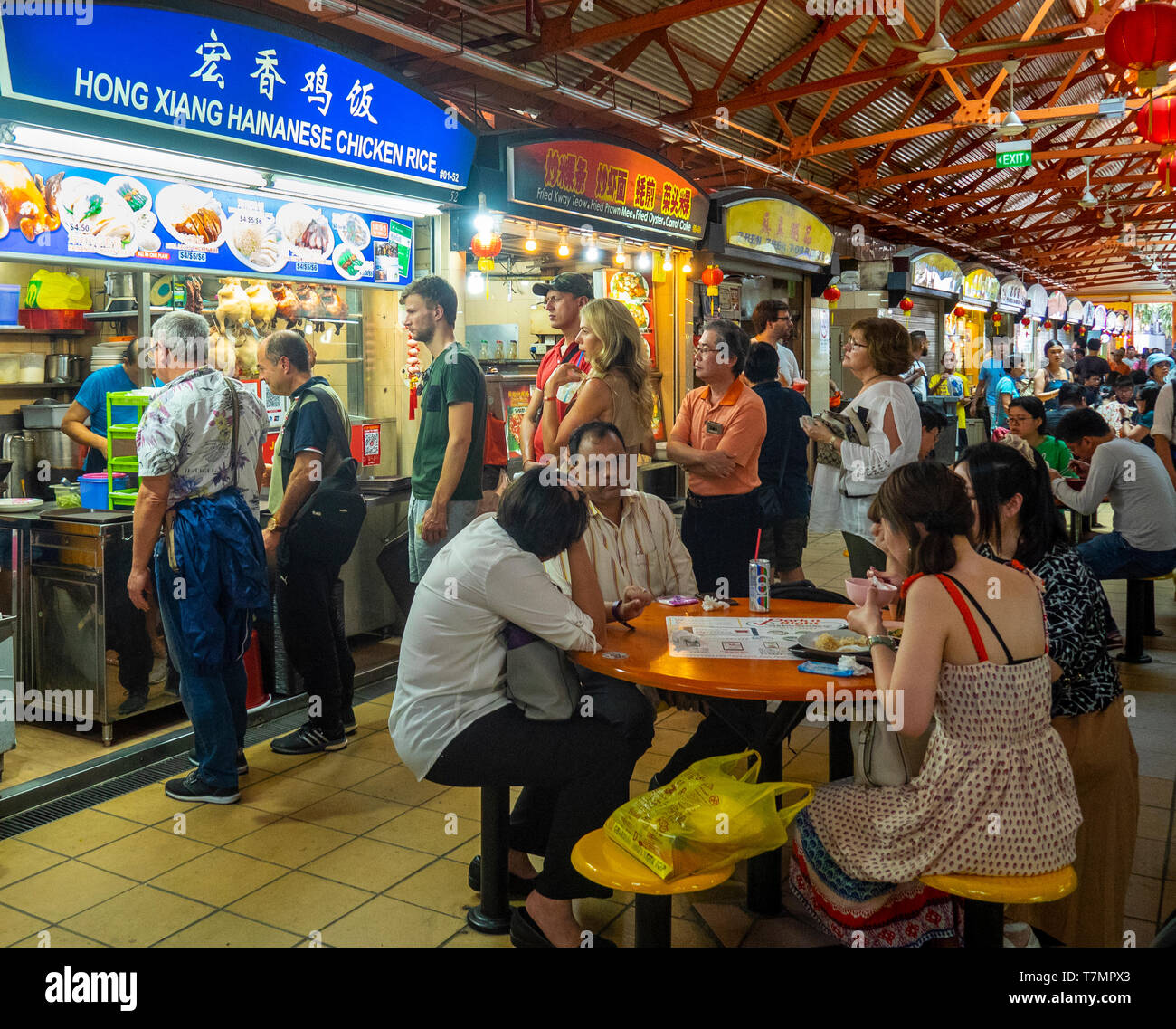 people-locals-queuing-for-hainanese-chicken-rice-at-maxwell-food-centre-a-hawkers-food-hall-in-tanjong-pagar-singapore-T7MPX3.jpg