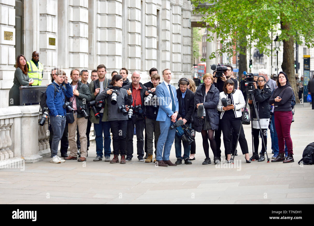 london-england-uk-members-of-the-media-photographers-and-tv-crews-waiting-outside-the-cabinet-office-in-whitehall-for-the-arrival-of-labours-br-T7NDH1.jpg
