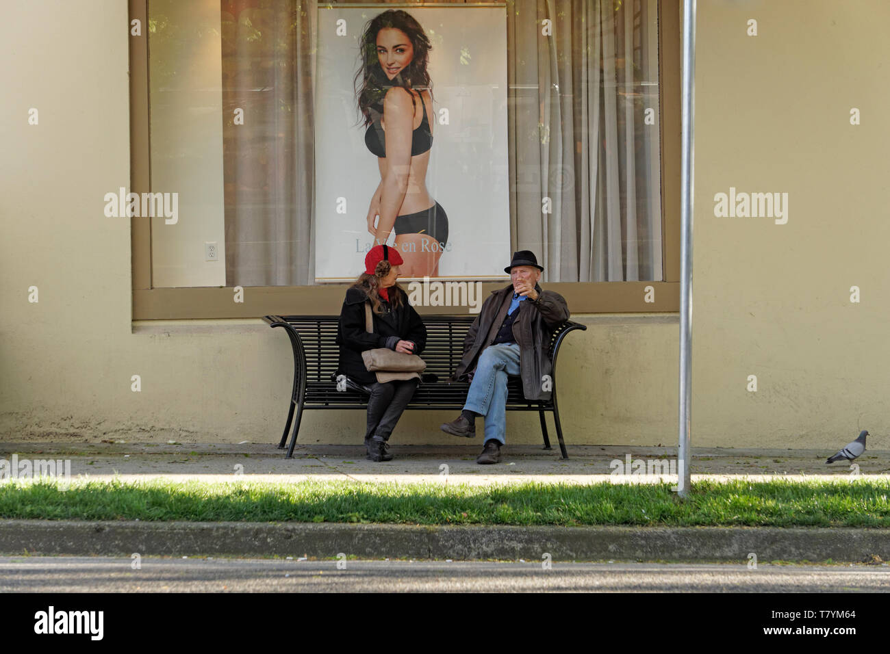 elderly-woman-and-man-sitting-on-a-bench