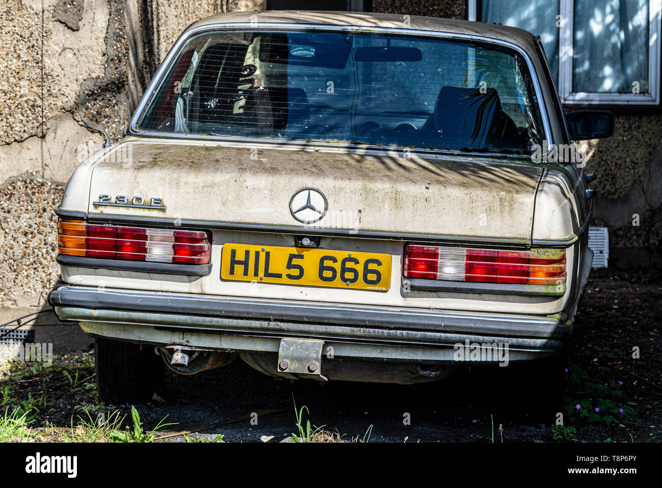 mercedes-230e-saloon-car-looking-forlorn-special-number-plate-hils-666-number-of-the-beast-registration-plate-hil-5666-green-algae-growth-T8P6PY.jpg