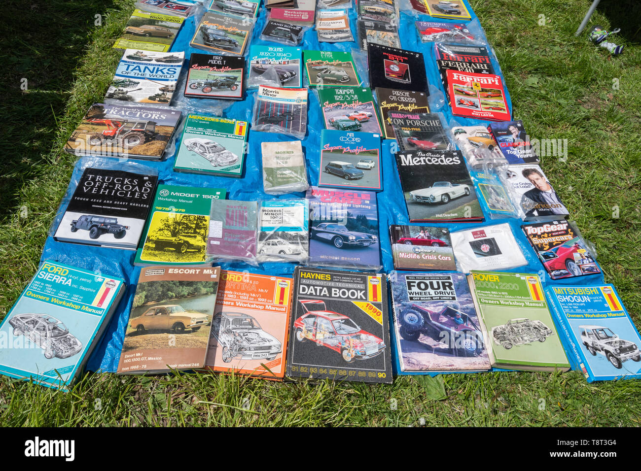 haynes-manuals-and-other-books-about-cars-and-vehicles-laid-out-on-the-ground-for-sale-on-a-trade-stand-at-a-uk-car-show-T8T3G4.jpg