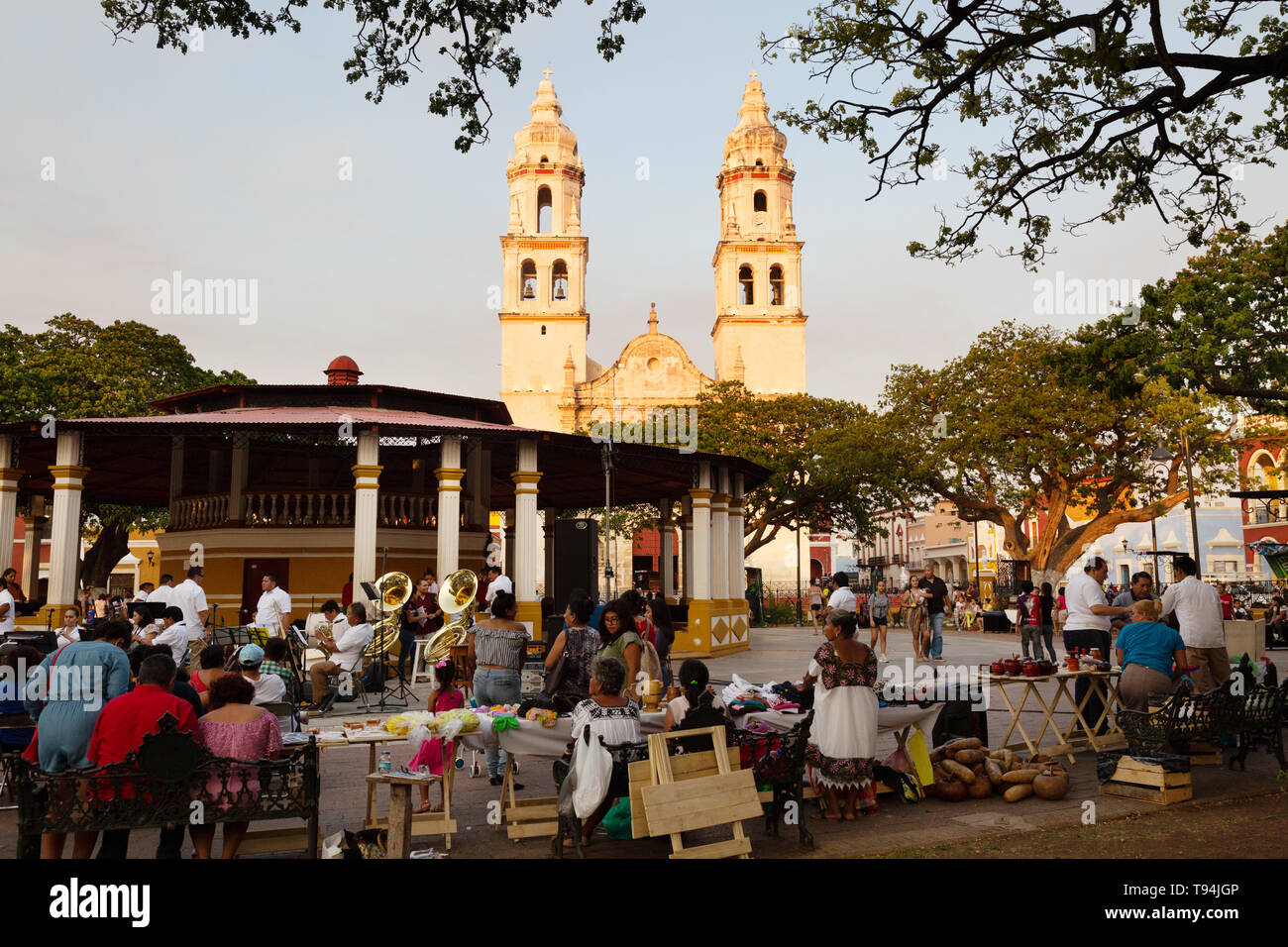 campeche-mexico-cathedral-and-people-in-the-central-square-campeche-old-town-unesco-world-heritage-site-yucatan-mexico-latin-america-T94JGP.jpg