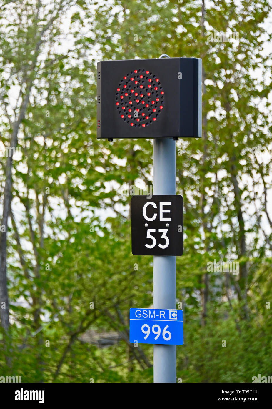 united-kingdom-railway-signalling-colour-light-signal-red-signal-identification-plate-and-gsm-r-alias-plate-oxenholme-station-cumbria-uk-T95C1H.jpg