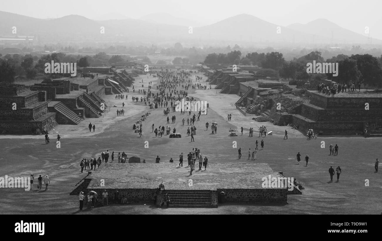 black-and-white-avenue-of-the-dead-totihuacan-tourists-ancient-city-cdmx-mexico-city-mexico-T9D9W1.jpg