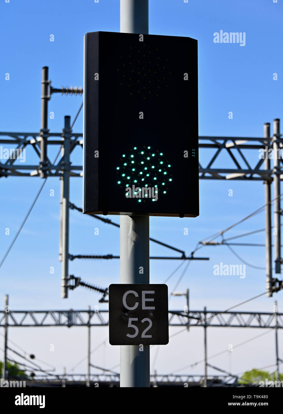 united-kingdom-railway-lineside-colour-light-signal-green-clear-the-train-may-proceed-subject-to-any-speed-restrictions-applying-to-the-section-T9K480.jpg
