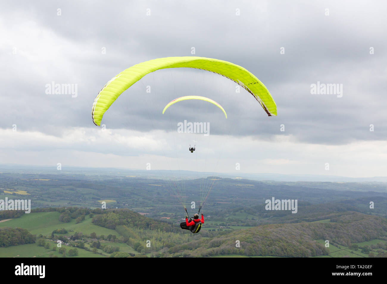 two-paragliders-paragliding-over-the-malvern-hills-malvern-worcestershire-england-uk-TA2GEF.jpg