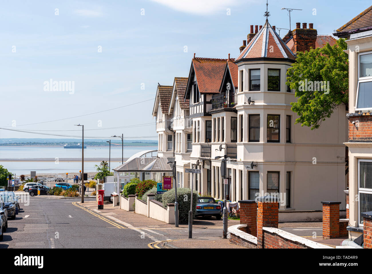 westcliff-avenue-in-westcliff-on-sea-southend-essex-uk-looking-towards-the-thames-estuary-on-seafront-seaside-town-space-for-copy-TAD4R9.jpg
