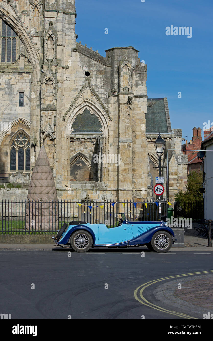 mg-sports-car-parked-in-front-of-the-minster-howden-east-yorkshire-england-uk-TATHEM.jpg