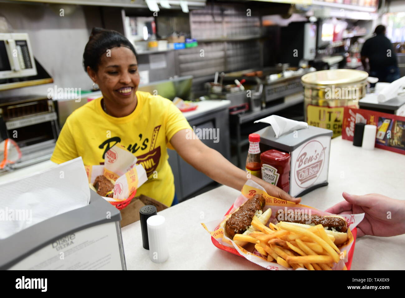 usa-washington-dc-bens-chili-bowl-a-dc-landmark-restaurant-on-the-u-street-corridor-famous-for-half-smokes-and-chili-TAX0X9.jpg