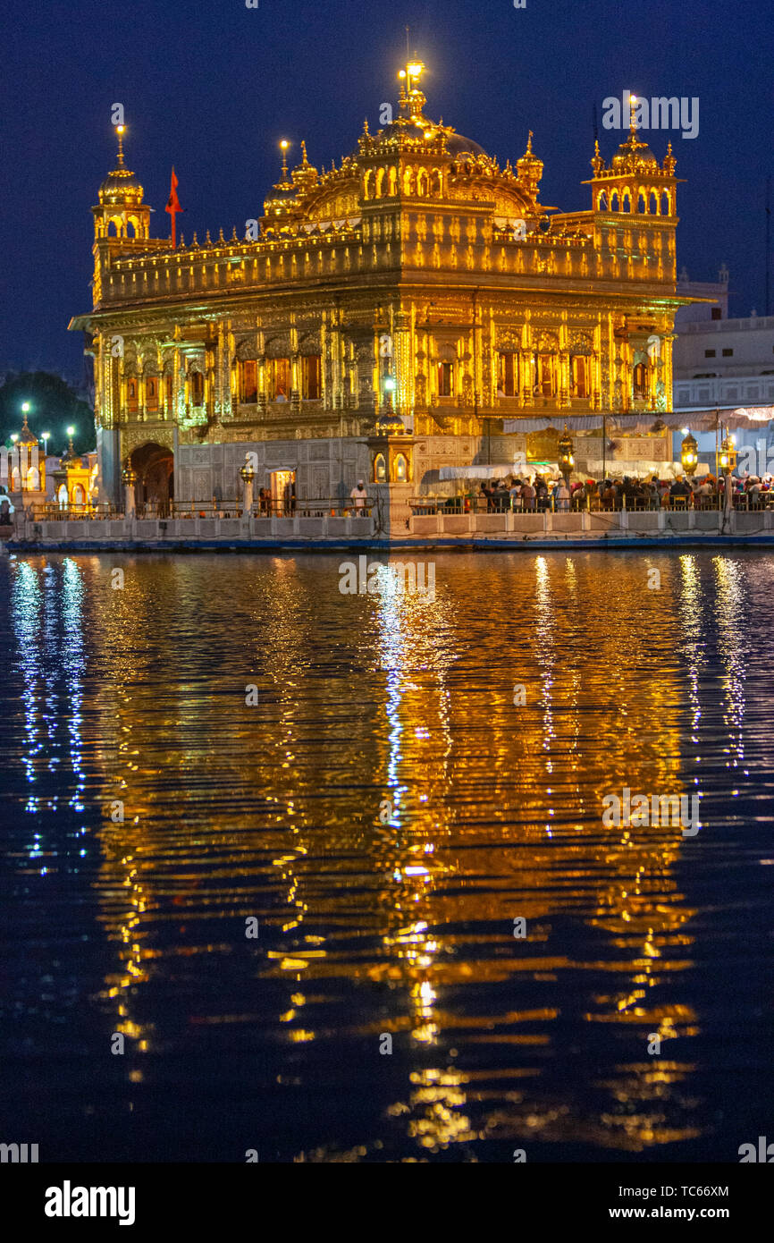 golden-reflection-at-dusk-the-harmandar-