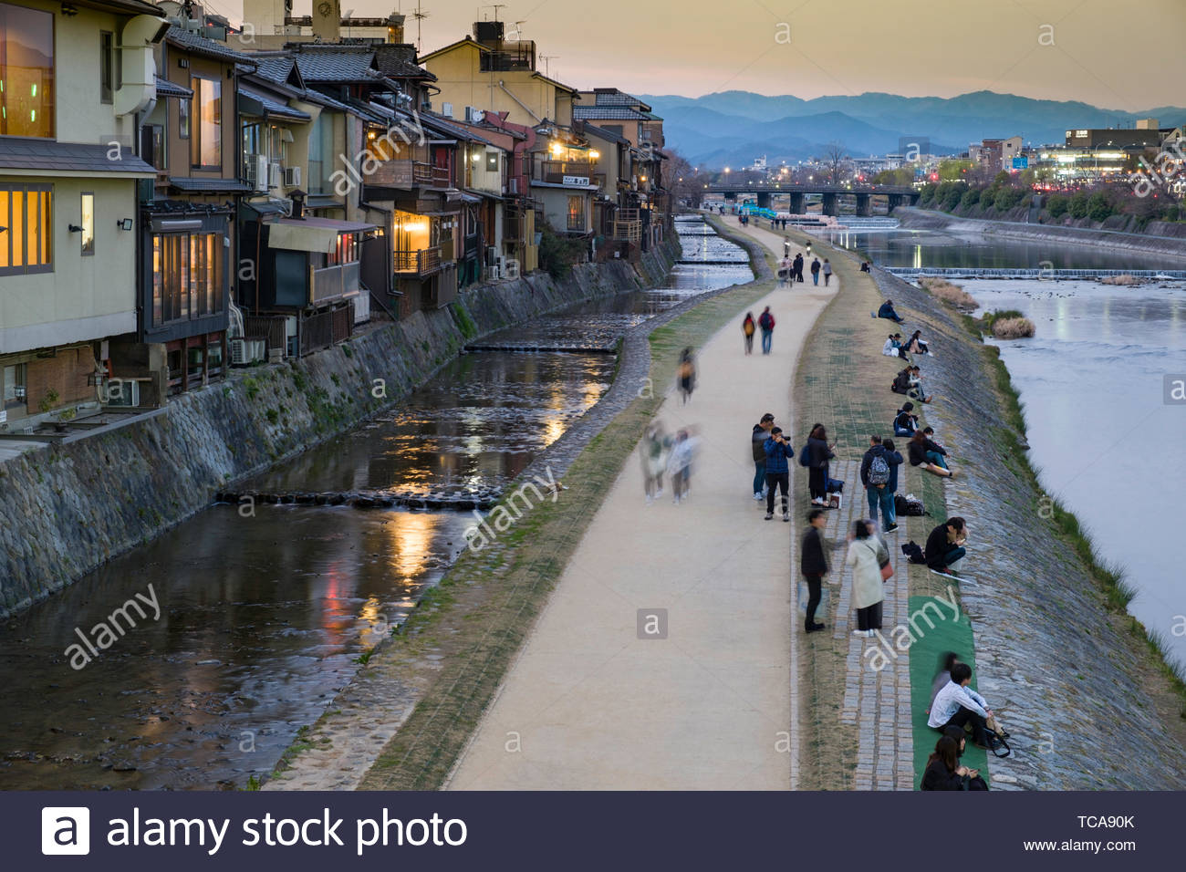 restaurants-along-the-pontocho-overlooking-the-kamogawa-river-at-dusk-kashiwayacho-nakagyo-ku-kyoto-honshu-japan-TCA90K.jpg