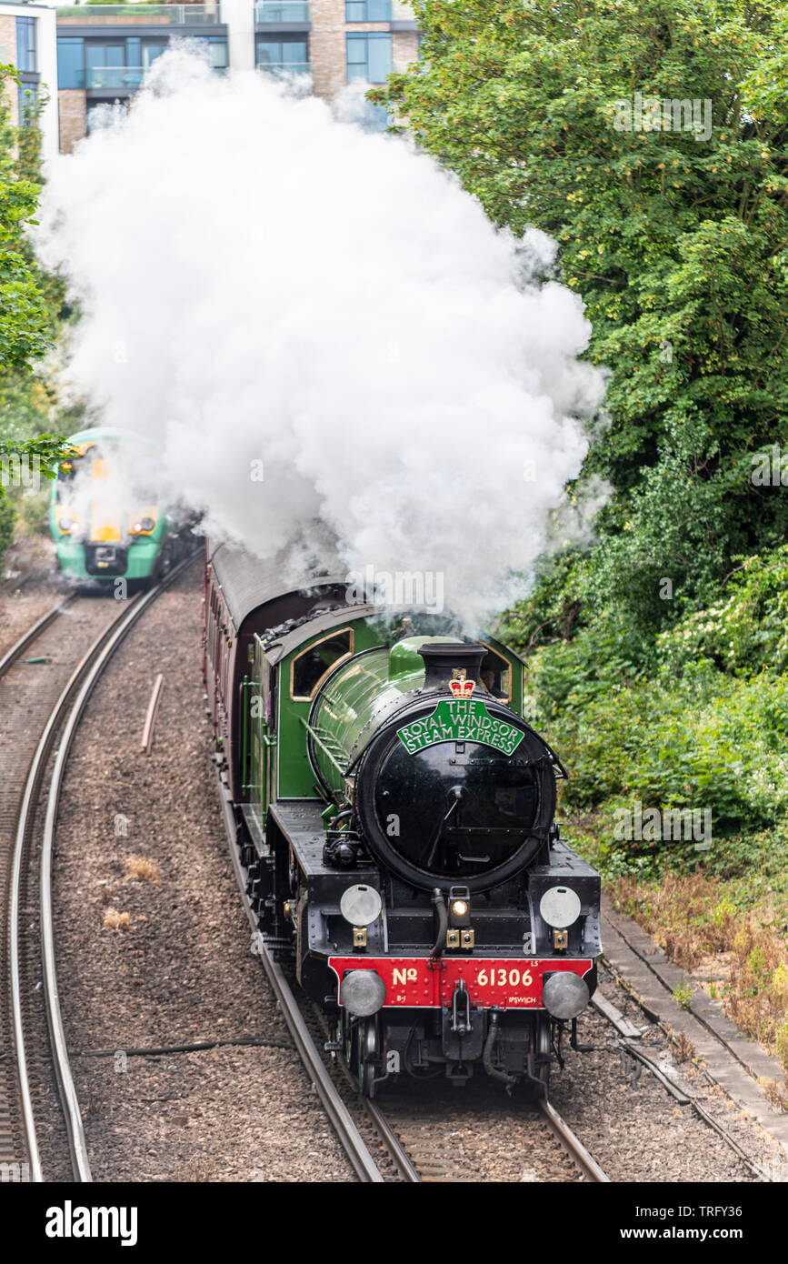 inaugural-royal-windsor-steam-express-steam-train-scheduled-services-after-leaving-london-waterloo-station-london-uk-passing-through-chelsea-uk-TRFY36.jpg