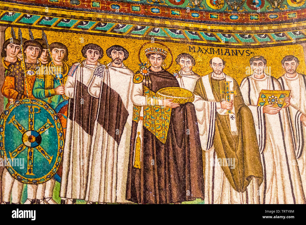 mosaic-of-byzantine-emperor-justinian-bishop-maximian-general-belisarius-and-attendants-basilica-of-san-vitale-ad547-ravenna-emilia-romagna-italy-TRTY8M.jpg