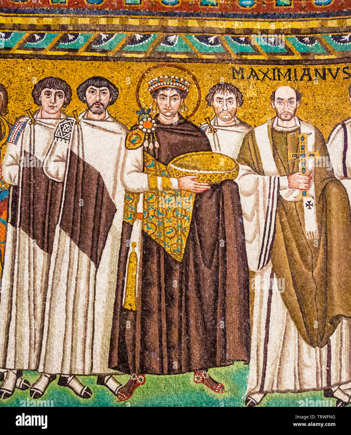 mosaic-of-byzantine-emperor-justinian-bishop-maximian-general-belisarius-and-attendants-basilica-of-san-vitale-ad547-ravenna-emilia-romagna-italy-TRWFNG.jpg