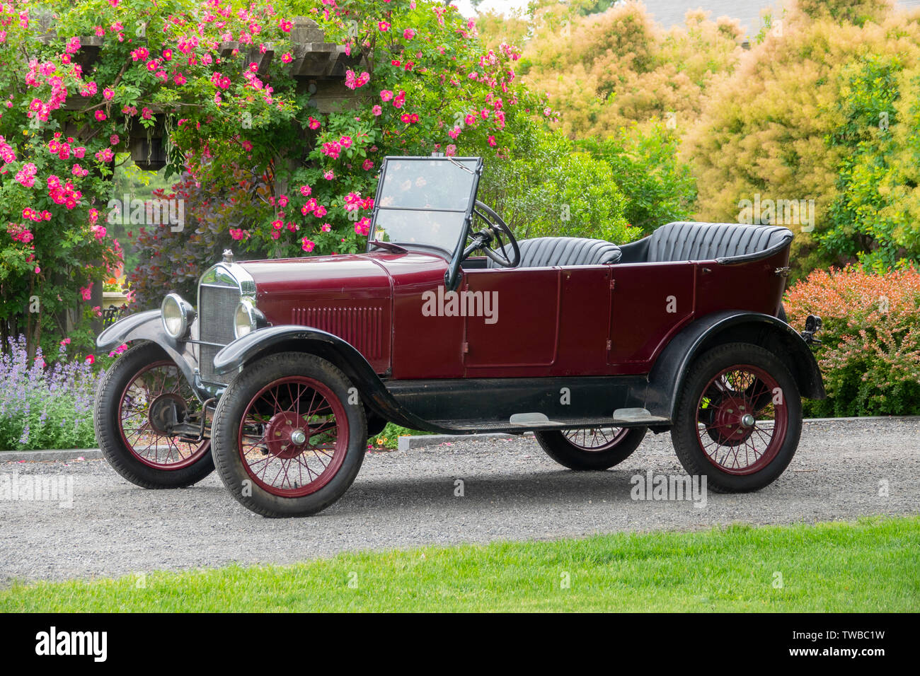 usa-automobiles-car-ford-model-t-circa-1925-red-auto-TWBC1W.jpg