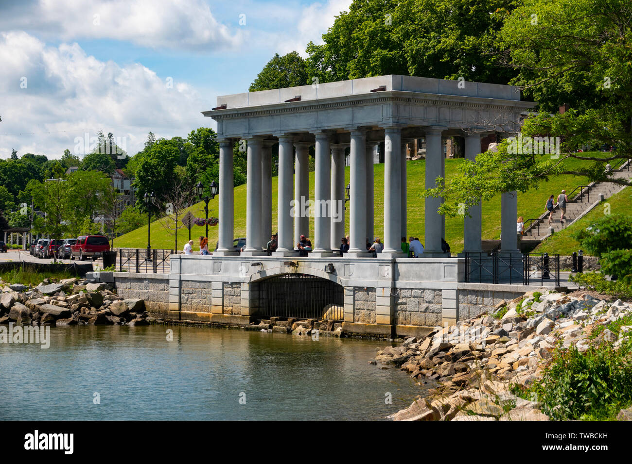 usa-ma-massachusetts-plymouth-plimouth-plymouth-rock-on-the-shores-of-plymouth-bay-where-the-pilgrims-were-said-to-have-first-landed-TWBCKH.jpg