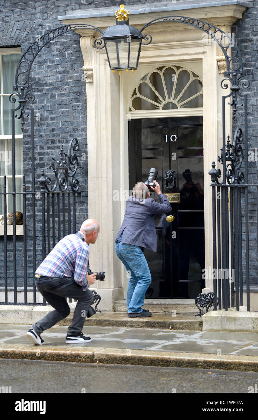 london-england-uk-two-photographers-given-permission-to-get-closer-than-usual-to-the-door-of-no-10-downing-street-larry-sleeps-through-it-TWP07A.jpg
