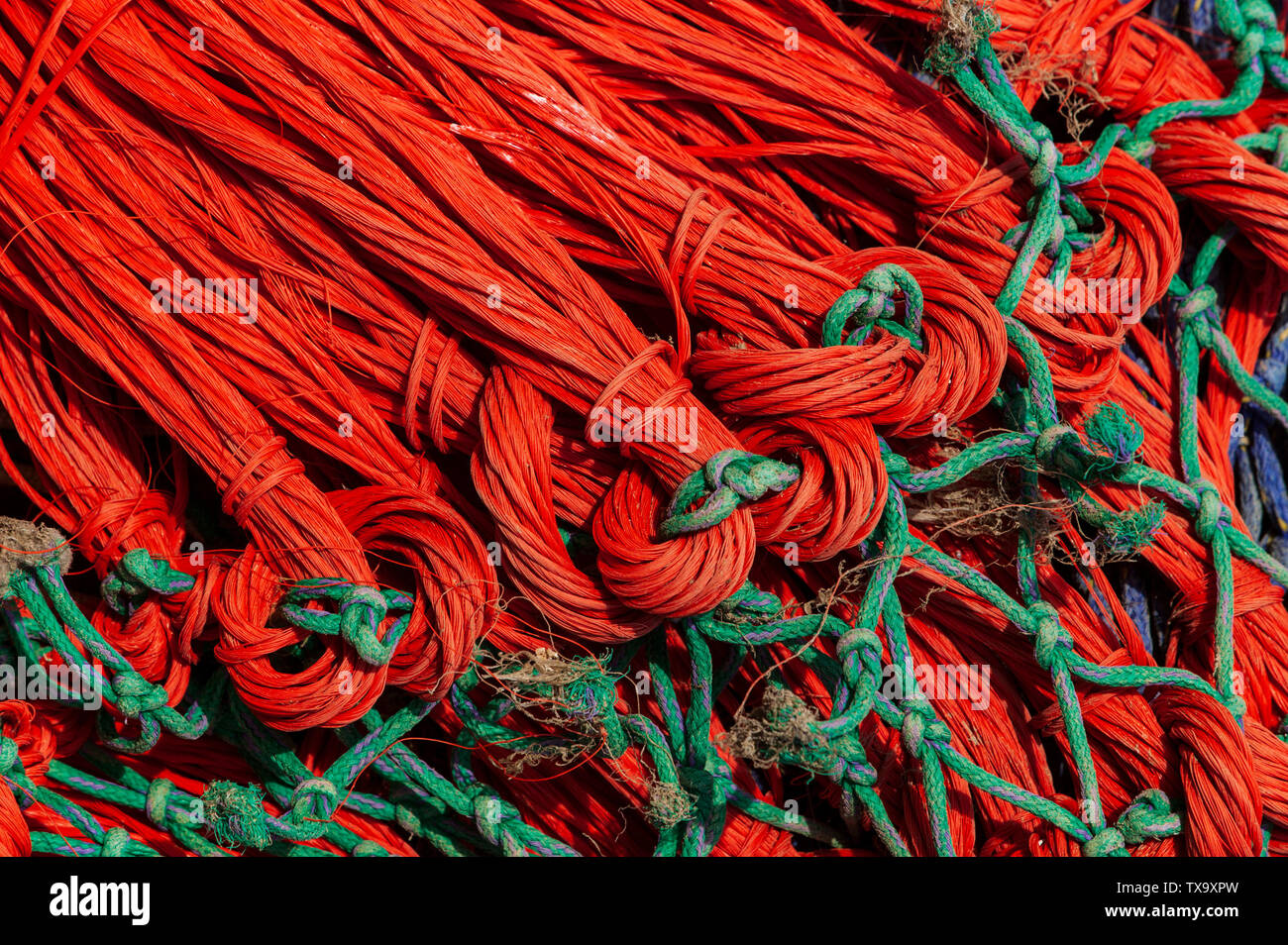 colourful-orange-and-green-fishing-nets-drying-in-the-harbour-of-rye-east-sussex-england-united-kingdom-europe-TX9XPW.jpg