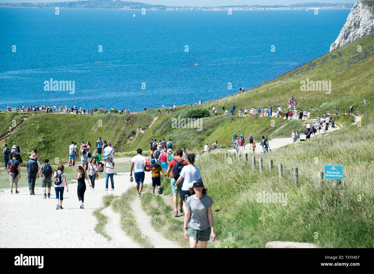 people-descending-down-the-jurassic-coast-to-relax-at-durdle-door-beach-on-hot-summer-day-TXYH07.jpg