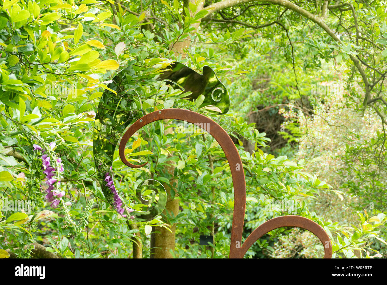 artwork-in-the-garden-reflective-metal-sculpture-at-sir-harold-hillier-gardens-hampshire-uk-during-june-or-summer-W0ERTP.jpg