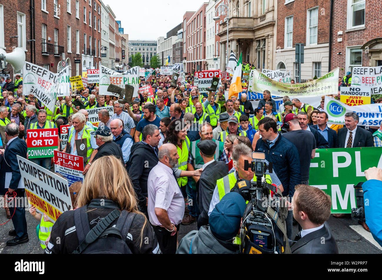 dublin-ireland-10th-july-2019-thousands-of-farmers-descended-on-leinster-house-today-in-protest-at-the-mercosur-deal-which-farmers-claim-will-be-the-final-nail-in-the-coffin-for-their-way-of-life-credit-andy-gibsonalamy-live-news-W2PRP7.jpg