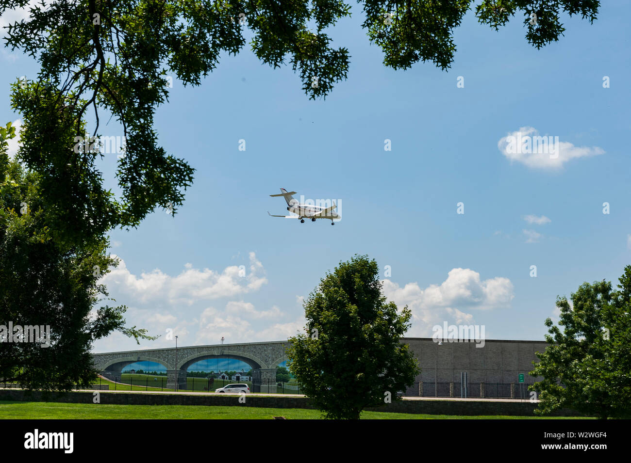raytheon-hawker-landing-at-lexington-bluegrass-field-in-lexington-kentucky-W2WGF4.jpg