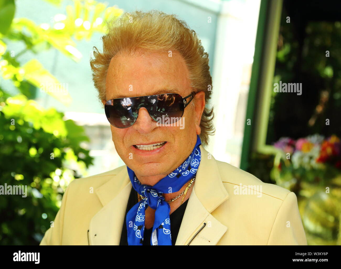 magician-siedfried-of-siegfried-roy-in-their-secret-garden-displaying-dolphins-and-big-cats-at-the-mirage-las-vegas-nevada-usa-W3KY6P.jpg