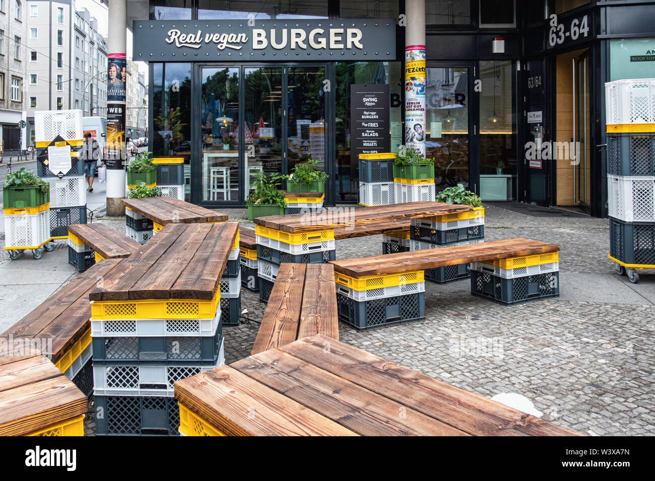 swing-kitchen-vegan-burger-restaurant-in-rosenthaler-str-mitte-berlin-W3XA7N.jpg