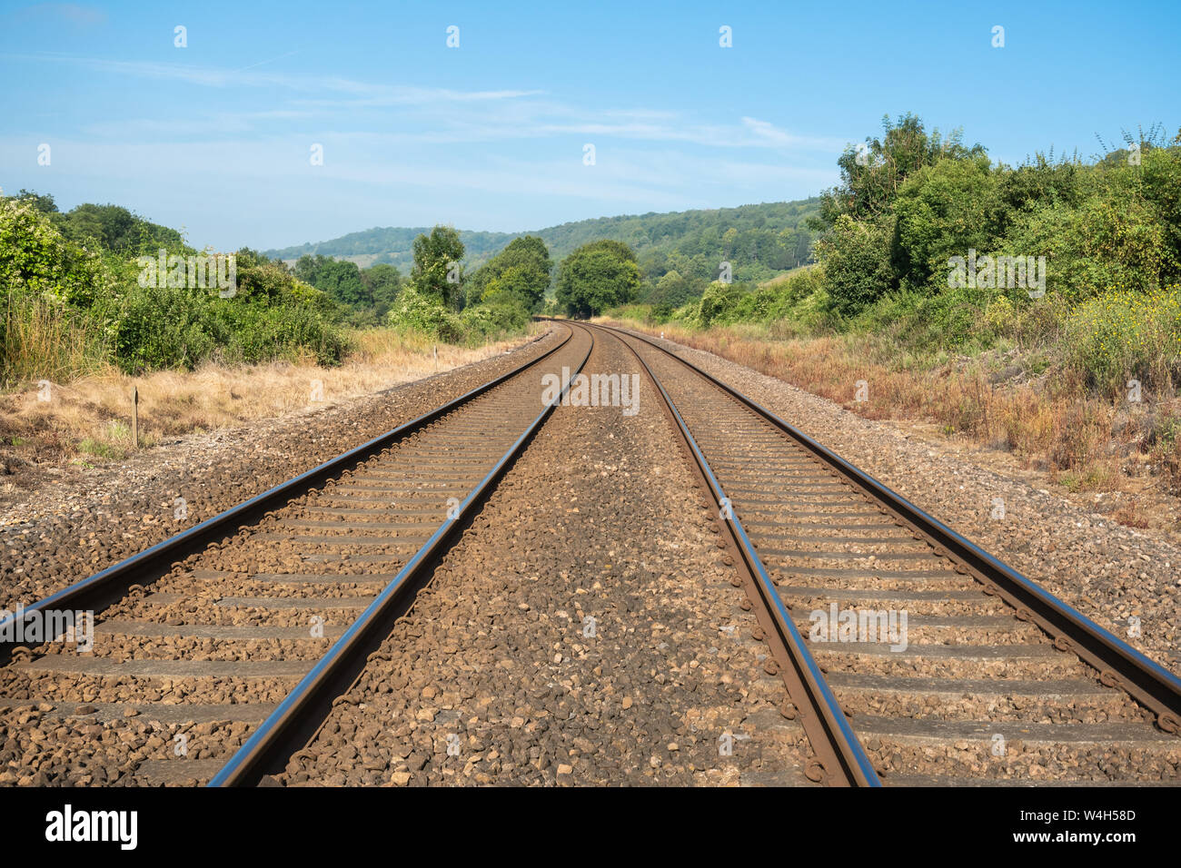 railway-tracks-passing-through-countryside-landscape-in-the-north-downs-surrey-hills-aonb-uk-W4H58D.jpg