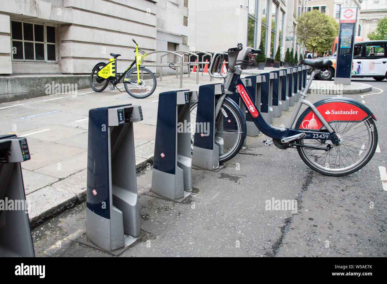 Ride sharing dockless electric bicycle Freebike and Santander City bicylces in London city Stock Photo