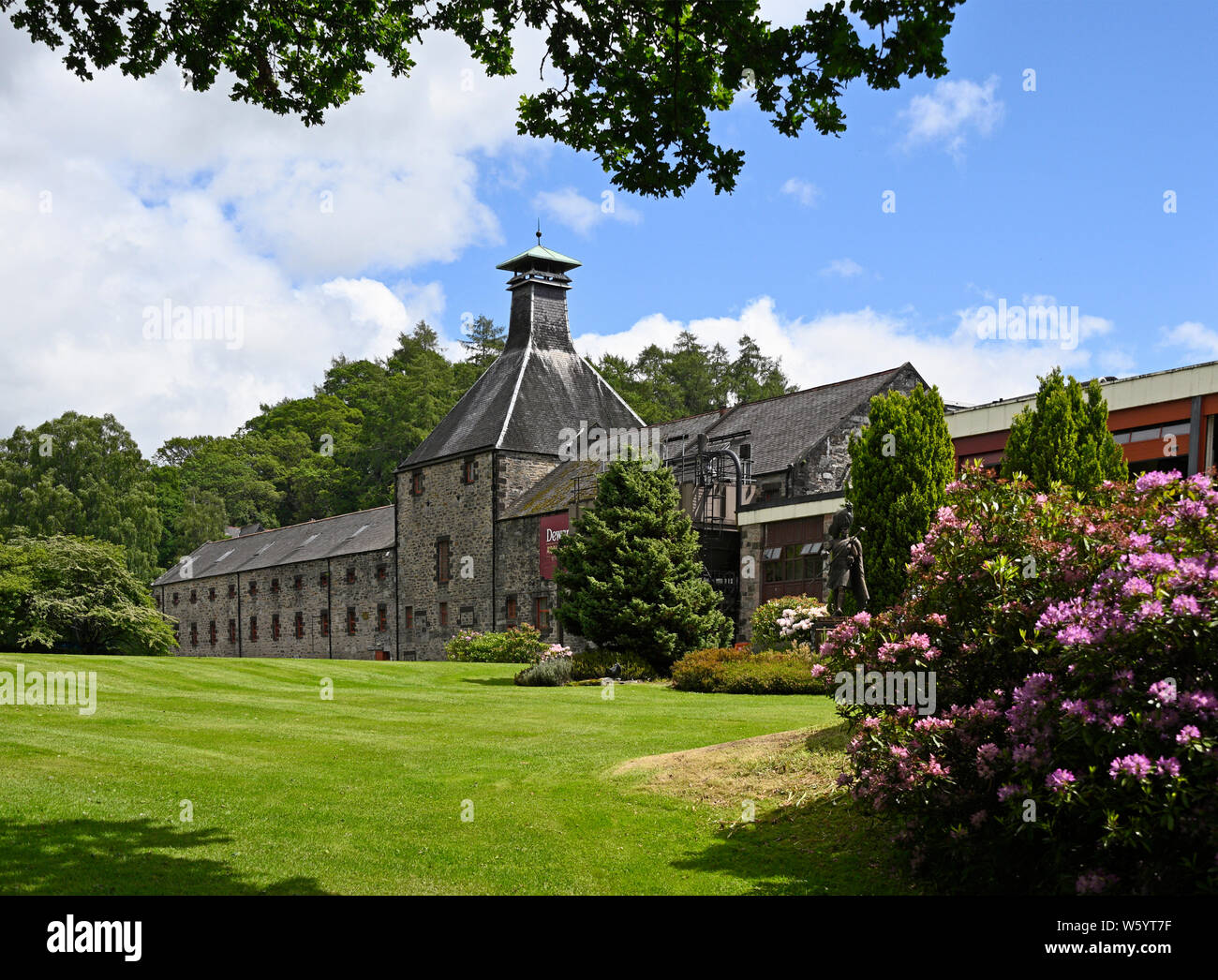 dewars-aberfeldy-whisky-distillery-aberfeldy-perth-and-kinross-scotland-united-kingdom-europe-W5YT7F.jpg
