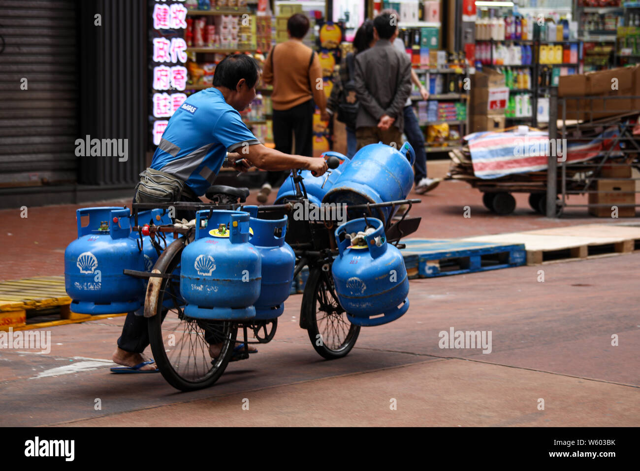 gas-delivery-on-bicycle-in-mong-kok-hong
