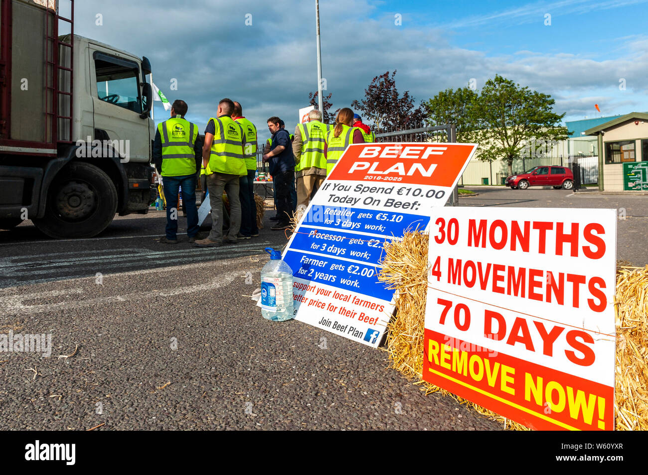 bandon-west-cork-ireland-30th-july-2019-angry-west-cork-farmers-continue-to-protest-outside-the-gates-of-abp-foods-the-slaughter-house-in-bandon-today-the-farmers-are-protesting-against-the-poor-prices-being-given-by-abp-foods-credit-andy-gibsonalamy-live-news-W60YXR.jpg
