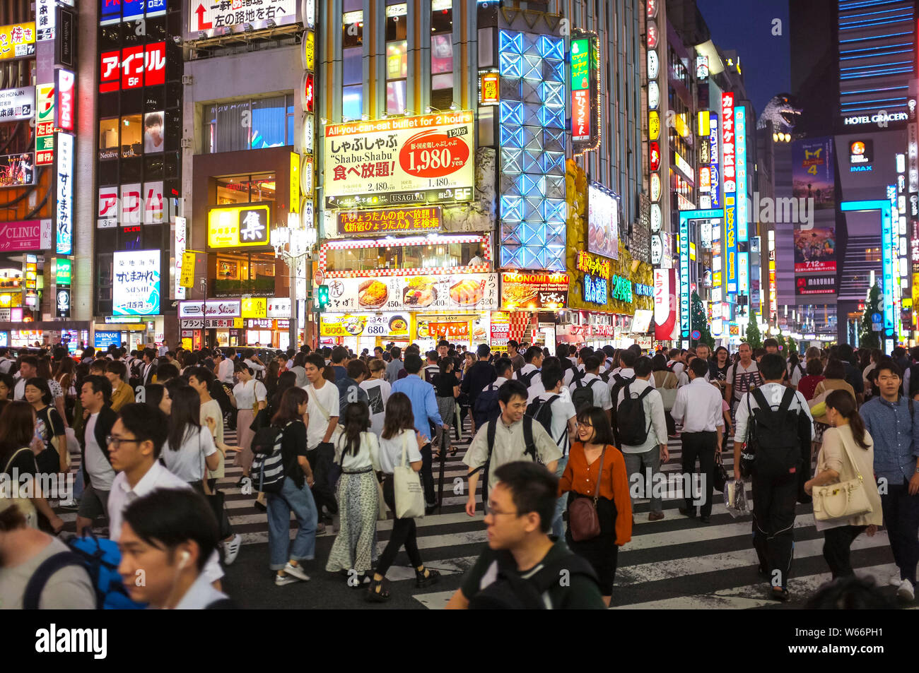 people-crossing-the-street-in-shinjuku-t